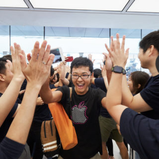 Apple customers getting a cheer in Kyoto
